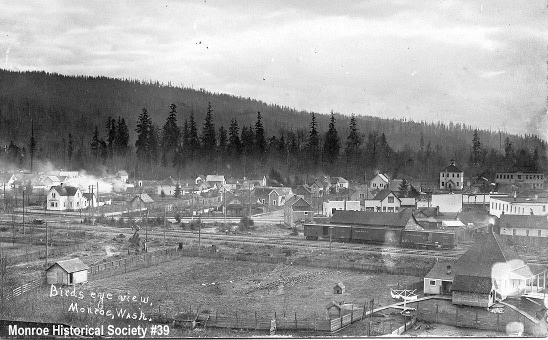 0039 – Birdseye view of Monroe centered on Woods Street c1906